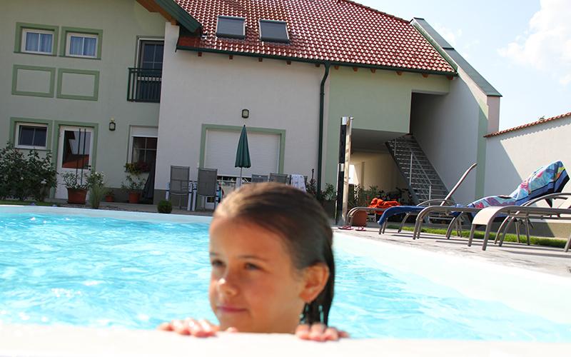 Urbarialhof Pool im Innenhof